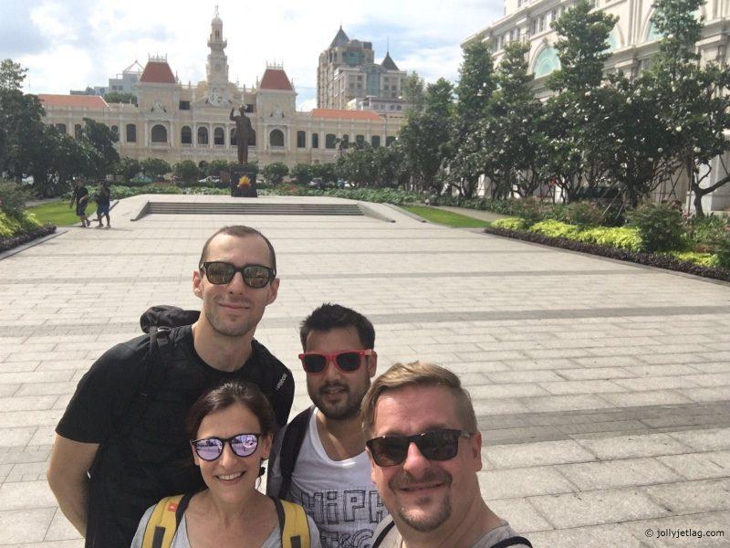 Reisegruppe vor dem Rathaus in Saigon, Vietnam